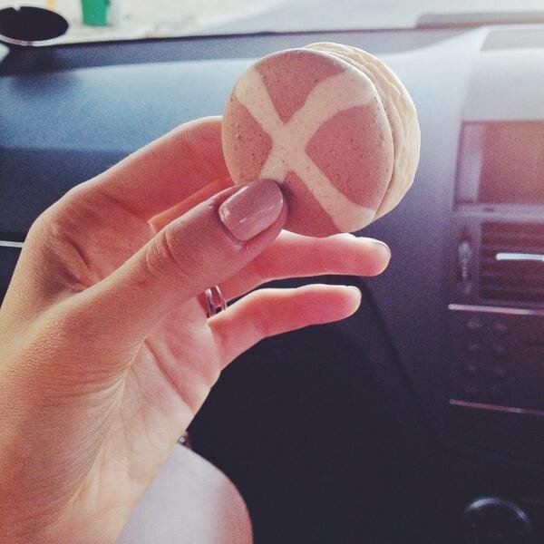 Daniela's Deliciously Decadent Hot Cross Bun Macaron